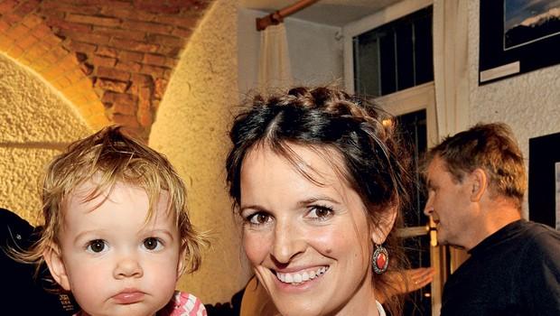 Igralka Ana Dolinar Horvat je javnosti prvič pokazala svojo prikupno hčerko Ronjo. (foto: Sašo Radej)