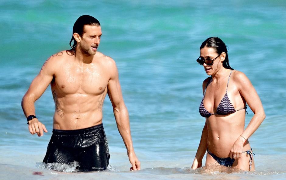 Demi je veliko časa preživela v družbi mlajšega moškega, s katerim sta se redno kopala v morju in sprehajala po obali.  (foto: Profimedia.si)