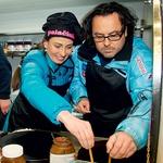 Igralca Jernej Kuntner in Alenka Tetičkovič se preizkušata v peki palačink. (foto: Zaklop.com, Sašo Radej)