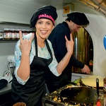 Manja Plešnar je bila navdušena nad peko palačink, pozneje pa je priznala, da je bila prepričana, da je to opravilo lažje.  (foto: Zaklop.com, Sašo Radej)