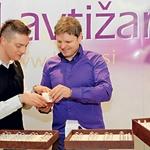 Dragocene poročne prstane so v zlatarni Lavtižar izdelali po Murkovih navodilih. (foto: Primož Predalič)