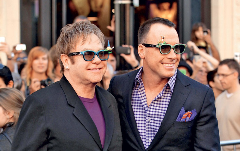 Elton in njegov partner David sta drugega otroka, sina Elijaha, predstavila na naslovni strani revije Hello.  (foto: Shutterstock)
