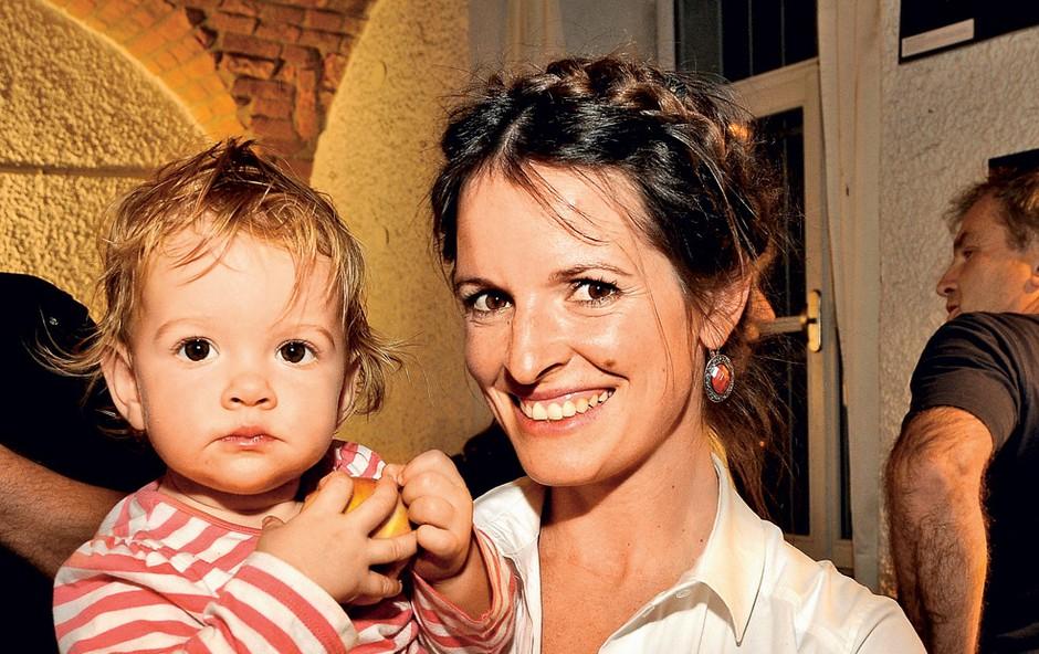 Igralka Ana Dolinar Horvat ves prosti čas posveča svoji hčerki Ronji. (foto: Sašo Radej)