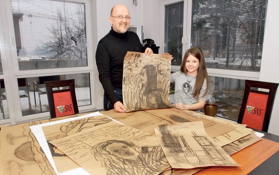 Starejša hčerka Zmaga Jelinčiča Aleksandra Tisa velja za pravo umetnico, seveda pa njen očka poskrbi, da se izobražuje tudi po razstavah in muzejih.  (foto: Goran Antley)