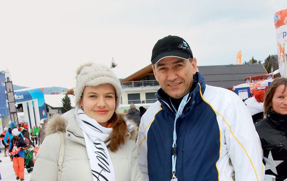 Janez Janša in noseča Urška Bačovnik sta kravato in kostim zamenjala za udobna in topla športna oblačila. (foto: Goran Antley)