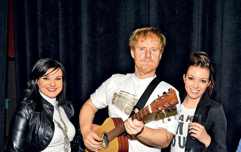 Odlično razpoloženemu Sašu Hribarju sta čestitali tudi operna diva Alenka Gotar in članica skupine S.W.A.G. Tjaša Hrovat.  (foto: Sašo Radej)