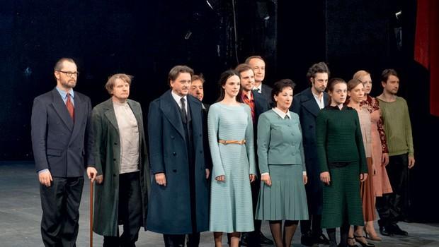 Tri sestre v režiji Janusza Kice z osveženim tekstom in mladimi igralci ljubljanske Drame na velikem odru. (foto: Suzana Golubov/Zaklop)