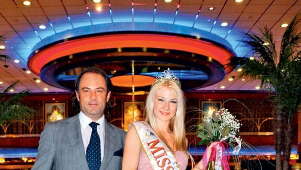 Nagrado, potovanje v Las Vegas, je Sari Zemljič, Miss Casino Portorož, predal nasmejani direktor Casino Portorož Marko Jelen. (foto: Zoja Ahlin)