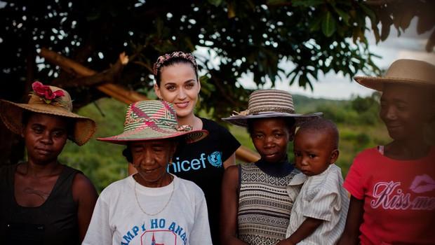 Katy Perry obiskala otroke na Madagaskarju (foto: Holt)