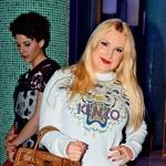 Danica Lovenjak na Philips Fashion Weeku - Trendi, a vseeno zgrešeno. Danica, mislim, da ni bilo človeka, ki ne bi bil ob sapo, ko te je zagledal v tem puloverju. Takole bom rekla, popolnoma razumem, kaj si želela doseči! Mislila si; hmmm, gremo na Fashion Week ... Oblekla se bom tematsko, da bom ugajala in se približala slogu blogarjev in modnih kritikov! Ne, Danica, ne!!! Tvoj problem ne tiči v tem, da nimaš odličnih kosov v omari. Gre za tvojo interpretacijo, ki je, roko na srce, slaba. Kombinacijo, ki jo nosiš, si res predstavljam samo na blogarki ali fashionisti, kar ti nisi. Nikoli ti ne bo uspelo, če ne boš zvesta sebi, samo prej se moraš še najti. Veselo iskanje. (foto: Sašo Radej)