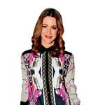 Hannah Mancini na Philips Fashion Weeku - Trendi, nosljivo, nepretenciozno. Hannah, ti prav tako razumeš koncept Fashion Weeka, ker bi te s tvojo opravo brez težav postavili tudi na newyorškega. Športno-eleganten stil s ščepcem ekstravagance je zadovoljil vse modne standarde. Sploh mi je všeč barvna kombinacija in – kar sicer deluje naključno, a je gotovo premišljeno – ujemanje srajce s hlačami. Kalejdoskopski potisk je nekaj posebnega in izjemno laskav v zgornjem delu, saj brez uporabe pasu poudari ženstveno silhueto. Vse deluje; od hlač, torbice v obliki pisma in salonarjev, ki so na pohodu. Črni robovi so zajeli bistvo, ker je stajling izpadel izredno grafično in deloma rokersko.  (foto: Sašo Radej)