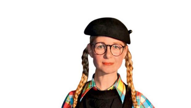 Natalija Pihler na Philips Fashion Weeku - Hecno, dramatično ...   Draga članica francoskega odporniškega gibanja, poslušaj me pozorno, to bom rekla samo enkrat! Eno je, da si drugačen in izstopaš, drugo pa, da tvoja interpretacija meji že na maškarado. Roko na srce, tole je res eno veliko pretiravanje in posiljevanje neke ekstravagance, ki to sploh ni. Najbolj sem zgrožena nad torbico, ki očitno domuje v lutkovnem gledališču. Pa saj načeloma je neka tema, samo kaj, ko je tema povsem zgrešena in nerazumljiva. Enostavno ne razumem impulza ... Če si želela pričarati komično dramo, potem ti je uspelo.  (foto: Sašo Radej)