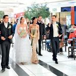 Poročni pari so se sprehodili po nakupovalnem centru Citypark v Ljubljani. (foto: Robi Krumpak)