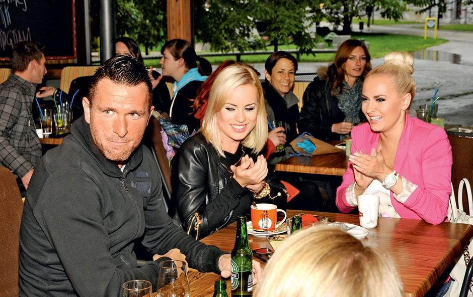 Kjer so seksi dekleta, tam je tudi  nogometaš Sebastjan Cimirotič.  Tokrat je sedel ob diamantkah  Doroteji Premužič in Katarini Benček. (foto: Sašo Radej)