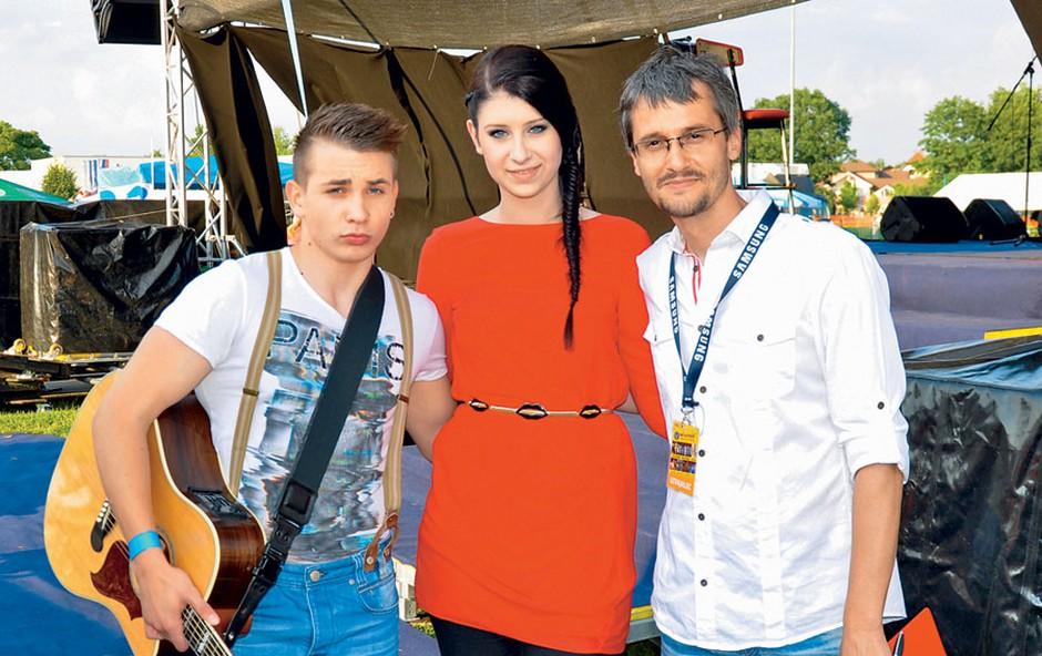 Žan Serčič in Eva Boto sta nasmejala in v dobro voljo spravila novopečenega očka, radijca Jeana Frbežarja. (foto: Helena Kermelj)