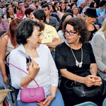 Na vročini sta  šov spremljali  tudi nekdanja  prva dama  Barbara  Miklič Türk in  Anita Ogulin  (ZMPS).  (foto: Sašo Radej)