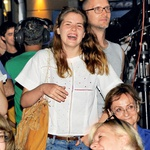 Ena od pojočih  dvojčic Prusnik je  počila od smeha!  (foto: Sašo Radej)