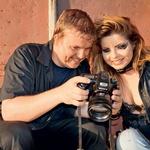 S fotografom  Klemenom Udovčem  - Clementinom sta  sproti preverjala  nastale fotografije. (foto: Nejc Simšič)