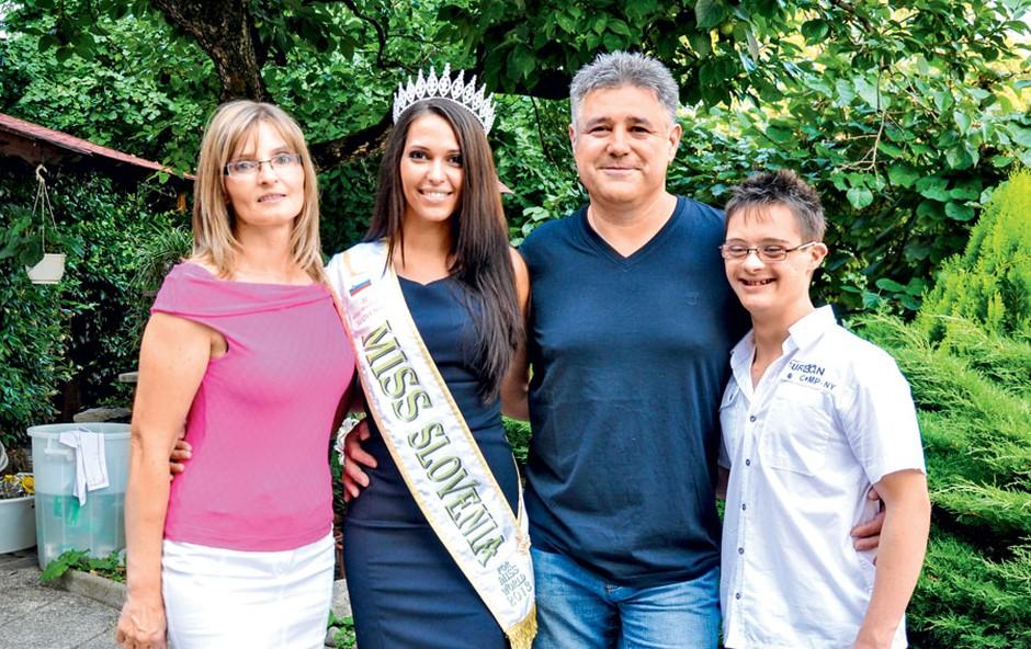 Majina družina, oče, mama in brat Jernej, je izredno ponosna na misico, ki ji je uspel veliki met. (foto: Agencija Queen)