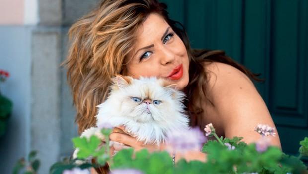 Neisha kar sije od veselja in sreče, ko je ob njej njen ljubljenček, perzijski maček Muki.  (foto: Goran Antley)