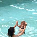 Hčerkica Kourtney Kardashian že nosi bikinke (foto: Profimedia)