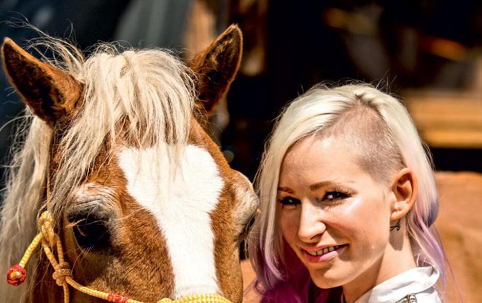 Kot ljubiteljica živali in lastnica konja se je odzvala povabilu in priskočila na pomoč zbiranju denarja za trpinčene konje. (foto: Nastja Pungračič)