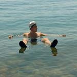 Omar si je na vroč dan privoščil 'ohladitev' v Mrtvem morju, kjer je izkusil tudi znamenito zdravilno blatno kopel. (foto: Osebni arhiv)