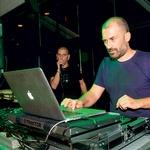 DJ Recycleman ali Ali En je  obiskovalcem znova  postregel z mešanico  različnih glasbenih žanrov.  (foto: Mare Vavpotič in Rok Malek)
