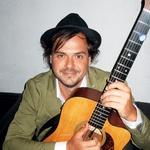 Pevec Andraž  Hribar se  težko loči od  svoje velike  ljubezni –  kitare. (foto: ALPE)