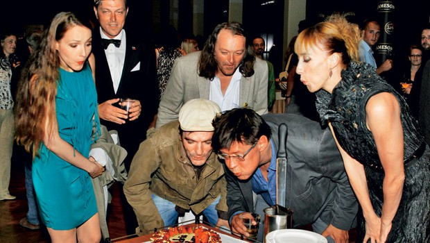 Filmska ekipa z  režiserjem Miroslavom  Mandićem na čelu je  upihnila tudi svečke na torti  presenečenja. (foto: Aleš Pavletič)