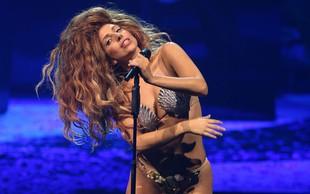Lady Gaga nastopa kar v tangicah