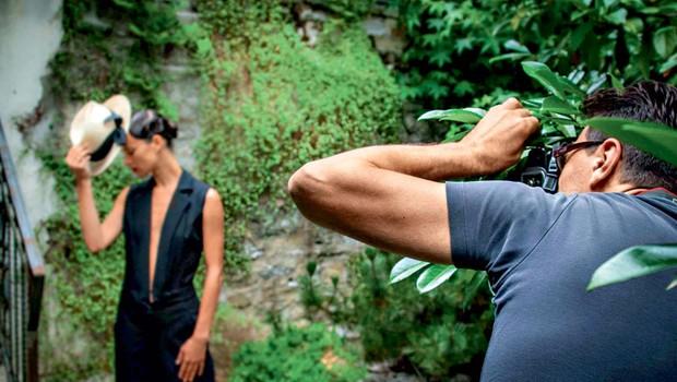 Fotograf Klemen Prepeluh je poskušal ujeti trenutek, ko se je Inti s svojimi igralskimi sposobnostmi vživela v inspiracijski moment, ki ga je ekipa črpala iz sloga slovitega fotografa Helmuta Newtona. (foto: Aleš Pavletič)