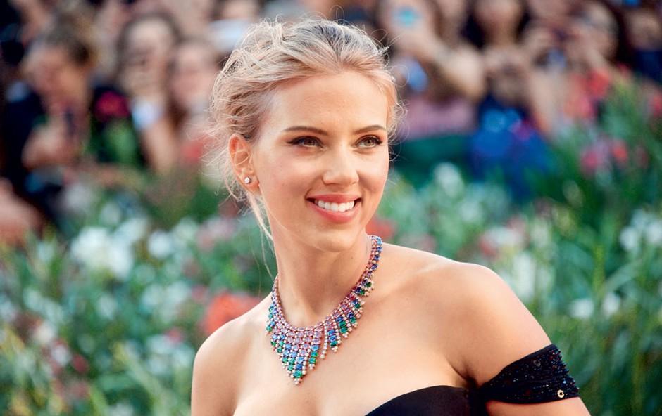 Največje zanimanje je bilo za zvezdnico Scarlett Johansson, ki je na rdeči preprogi blestela v črni večerni obleki. (foto: Profimedia)