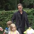 Brad Pitt z otrokoma ujet v Legolandu