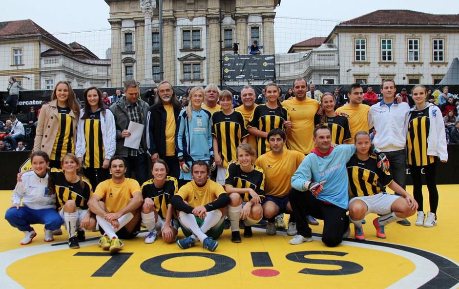 Slovenski estradniki so se v revijalni tekmi pomerili z nogometašicami iz NK Krim.  (foto: Urša Drofenik )