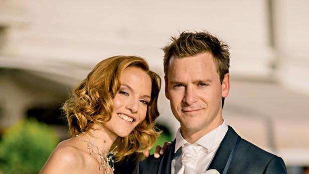 Mladoporočenca  sta blestela v poročnih oblačilih. Njegovo so po meri naredili v RRmoda Venecijana, nevesta pa je žarela v pastelno obarvani poročni kreaciji agencije Sandra.  (foto: Flare Visuals)