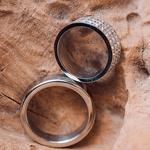 Vrtoglavo draga in nadvse moderna poročna prstana iz belega zlata z diamantki sta bila prava paša za oči.  (foto: Flare Visuals)