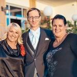 Pevka Alenka Godec v družbi Domna Missona (glavnega organizatorja sestrine poroke) in Romane Marolt, ki je poskrbela za poročni videz Maje Misson, danes že Rusjan. (foto: Flare Visuals)