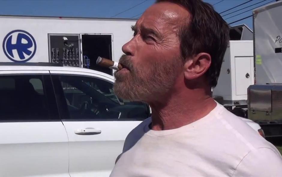 Dostava cigare za prave zvezdnike (foto: Arnold Schwarzenegger @ YouTube)