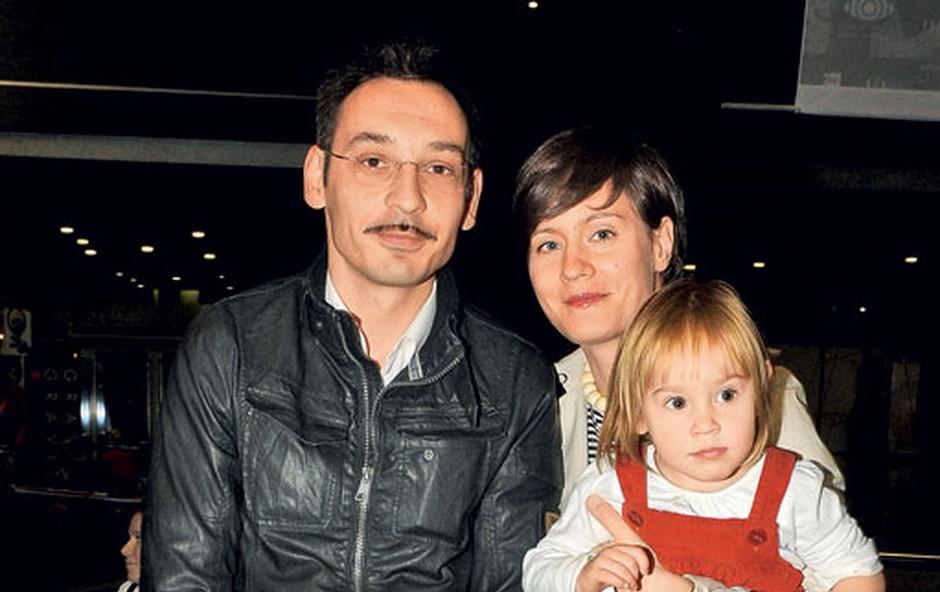 Čeprav igralec Tadej Toš svoje družine ne izpostavlja medijem, je tokrat na premiero prišel v polni zasedbi. (foto: Sašo Radej)
