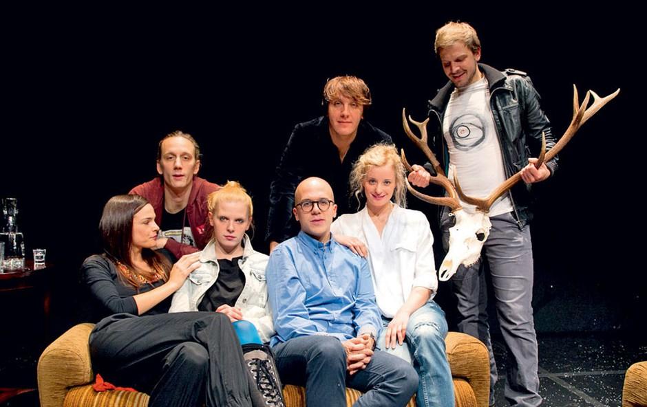 Režiser Nejc Gazvoda je  s šestimi mladimi,  a izjemnimi igralci  na oder Mini teatra  postavil premiero svoje drame Divjad.  (foto: Mare Vavpotič/Zaklop.com)