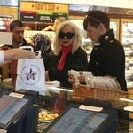 Rita Ora med malico v Londonu (foto: Profimedia)