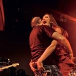 Opa! Rebeka  Dremelj je Klinarja  na odru zagrabila  za rit .... No,  seveda ji tudi on ni  ostal dolžen.  (foto: Goran Antley)