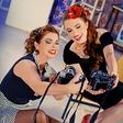 Nikonov dan postregel s pin up dekleti