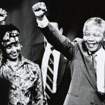 Tako sta v 90ih Winnie in Mandela salutirala zbranim podpornikom. (foto: Profimedia)