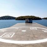Na otok je najlažje priti kar s helikopterjem. (foto: Profimedia)