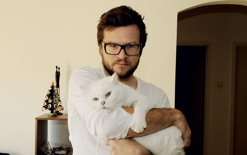 Čupi je ime belemu mačkonu ... (foto: Sašo Radej)