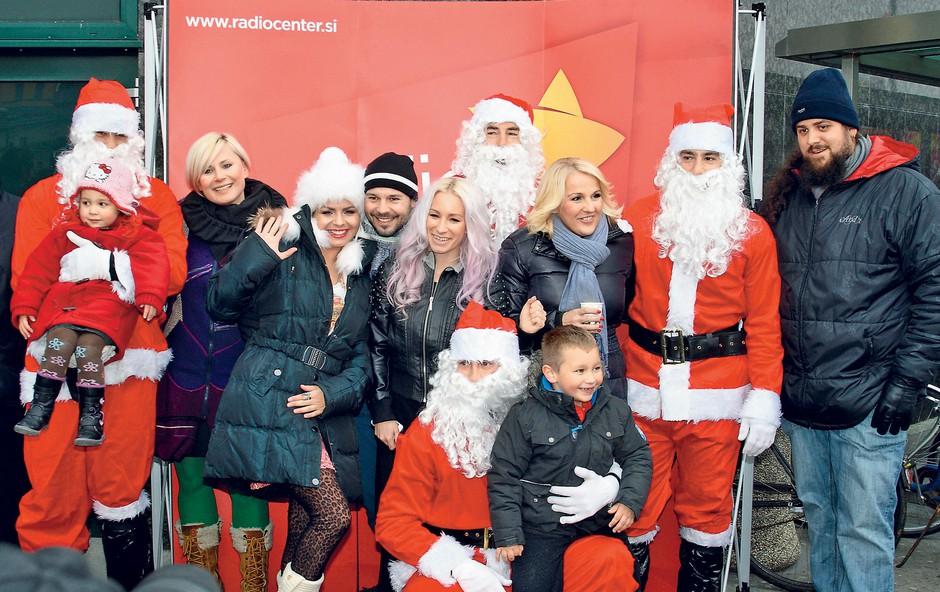 Šest Božičkov, radijska voditelja Ana Praznik in Štefko Bratkovič, pevke Alenka  Godec, Alya in Neisha ter komik Boštjan Gorenc – Pižama so razveselili otroke.  (foto: Aleš Pavletič)