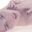 Miley Cyrus se v novem spotu boža po intimnih delih