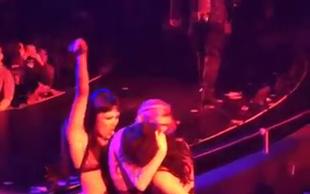 Miley Cyrus se je poljubila s plesalko na koncertu Britney Spears